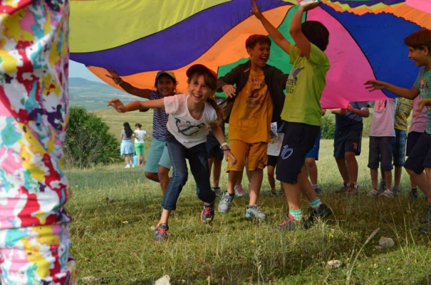 Playing games under the parachute